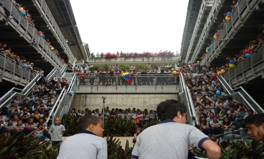 Participación de estudiantes sede pricipal en acto civico conmemorando un año mas de nuestra independencia